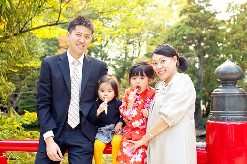 橋の上での家族写真
