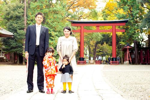 門の前での家族写真