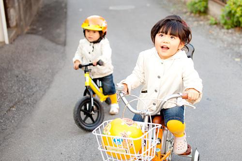 自転車に乗った姉妹