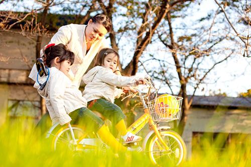 自転車を押してもらう姉妹