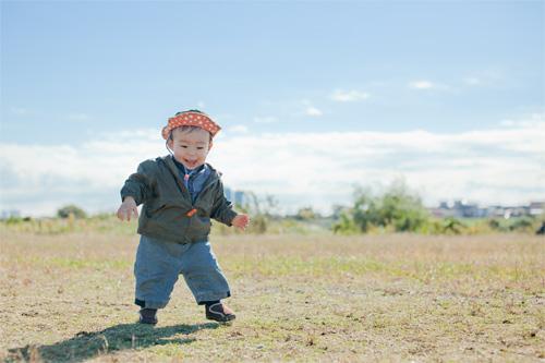 一人で歩く男の子