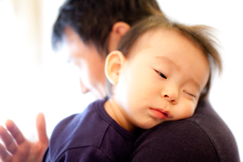 眠りに落ちる男の子