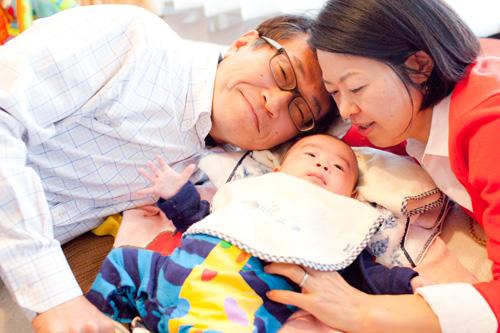 ご家族で寝転ぶシーン