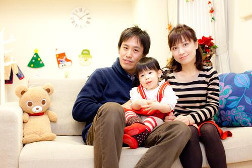 ソファに座っての家族写真