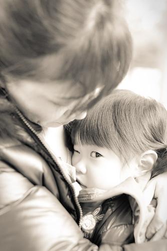 おかあさまに抱っこされる女の子