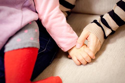 おかあさまの手と女の子の手