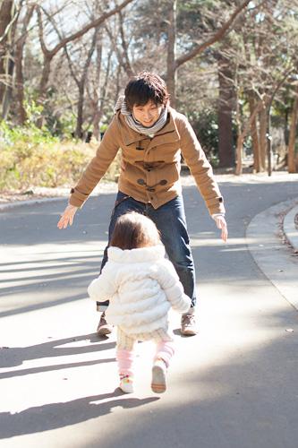 お父さまを追いかける女の子