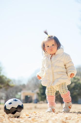 ボールを蹴る女の子