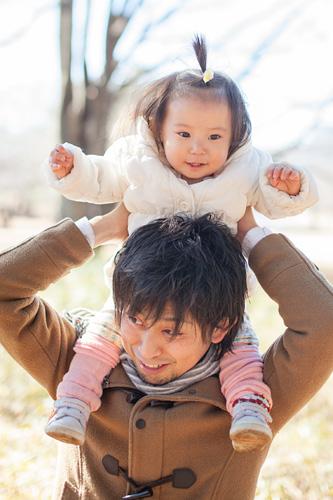 肩車をするお父さまと女の子