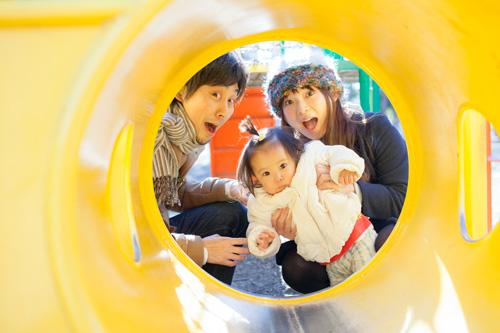 トンネルの中から顔を出すご家族