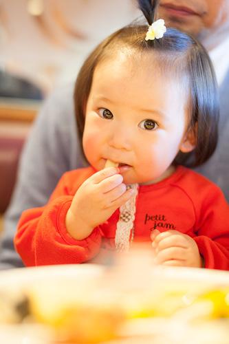 ポテトを食べる女の子