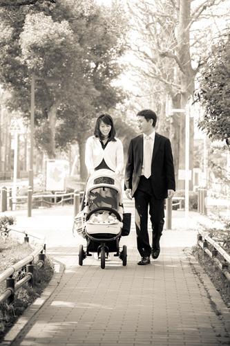 小道を歩くお父さまとお母さま