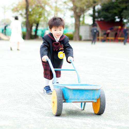 園内を走る男の子