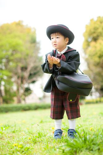 桜の花びらを両手に持った男の子