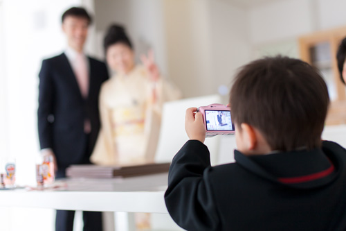 ご両親を撮影する男の子
