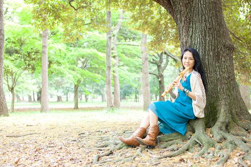 木の根に腰をかけて