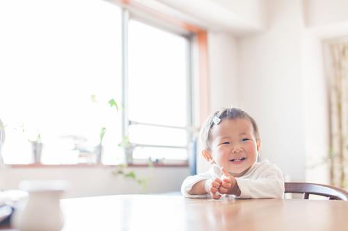 食卓に座っている女の子
