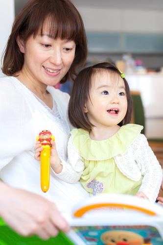 アンパンマンのおもちゃで遊ぶ女の子