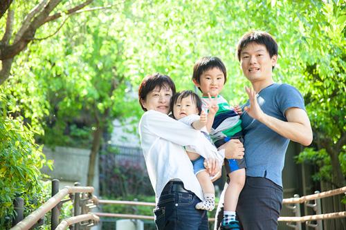 優しい光の中での家族写真