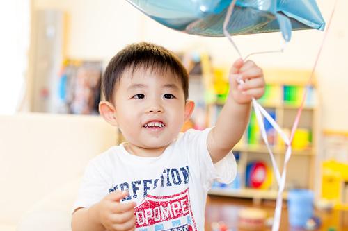 風船で遊ぶ男の子