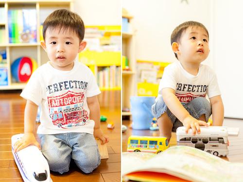 新幹線とバスで遊ぶ男の子