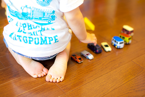 車を並べる男の子