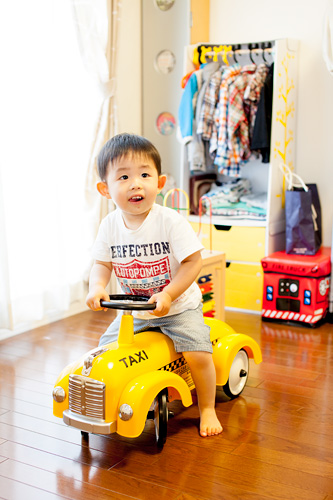 プレゼントの車に乗る男の子