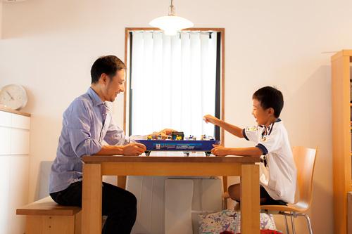 サッカーのゲームをする男の子とお父さま