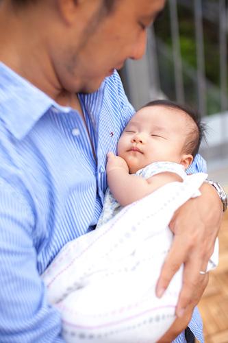 お父さまに抱っこされて眠る女の子