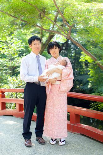 赤い橋で家族写真