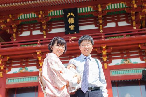 門前で家族写真