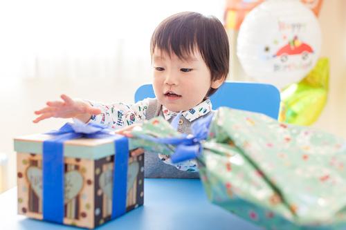 お誕生日プレゼントに喜ぶ男の子