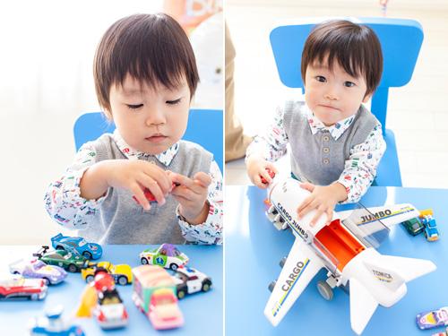 車のおもちゃと、おっきな飛行機で遊ぶ男の子