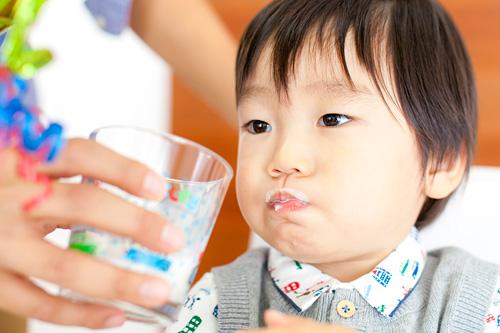 牛乳を飲む男の子