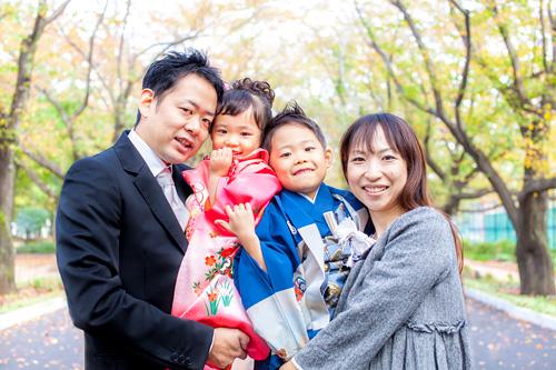 アーチの下での家族写真