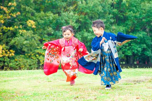 芝生を走る男の子と女の子