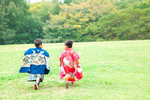 公園で走り回る男の子と女の子