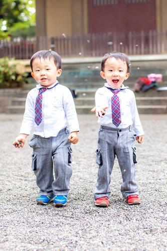 お揃いのネクタイをした弟さん達