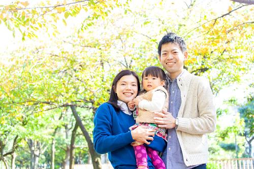 紅葉の木の下での家族写真