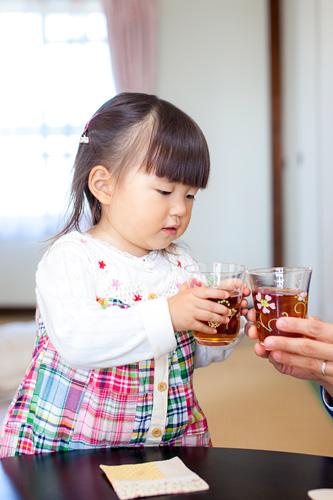 乾杯をする女の子