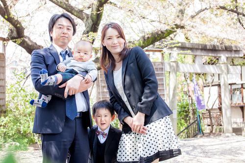 桜の木の下でご家族を