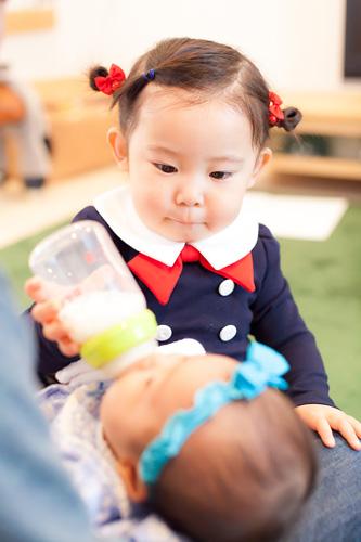 ミルクをあげるお姉ちゃん