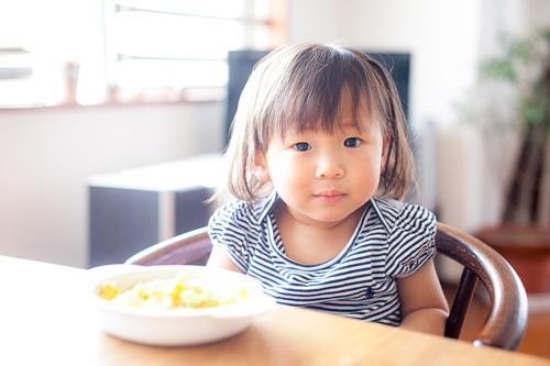 食卓に座る女の子