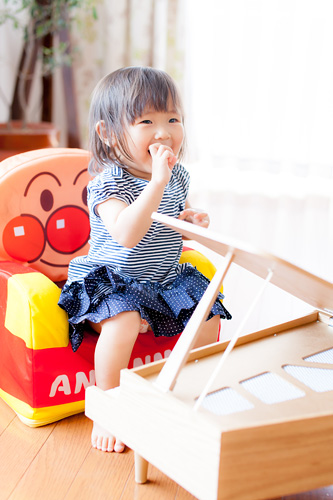 小さなイスとピアノに嬉しそうな女の子