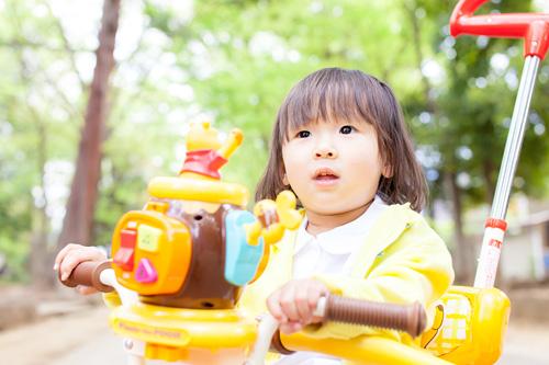 三輪車に乗った女の子