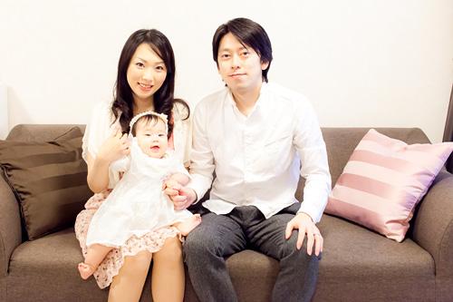 ソファでの家族写真