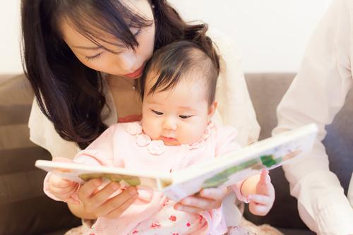 絵本を読んでもらう女の子