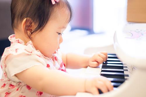 真剣な表情でピアノを弾く女の子