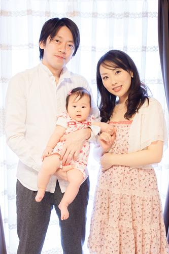 窓際での家族写真