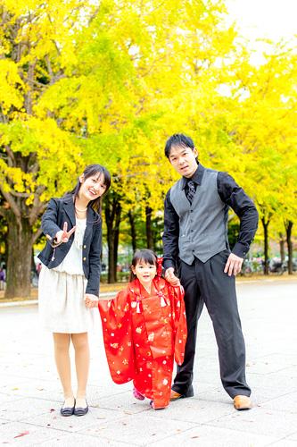 公園をお散歩するご家族